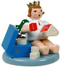 Weihnachtsengel sitzend mit Krone und Spielzeugkiste