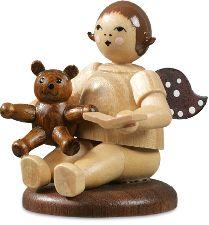 naturfarbener Weihnachtsengel sitzend mit Teddy